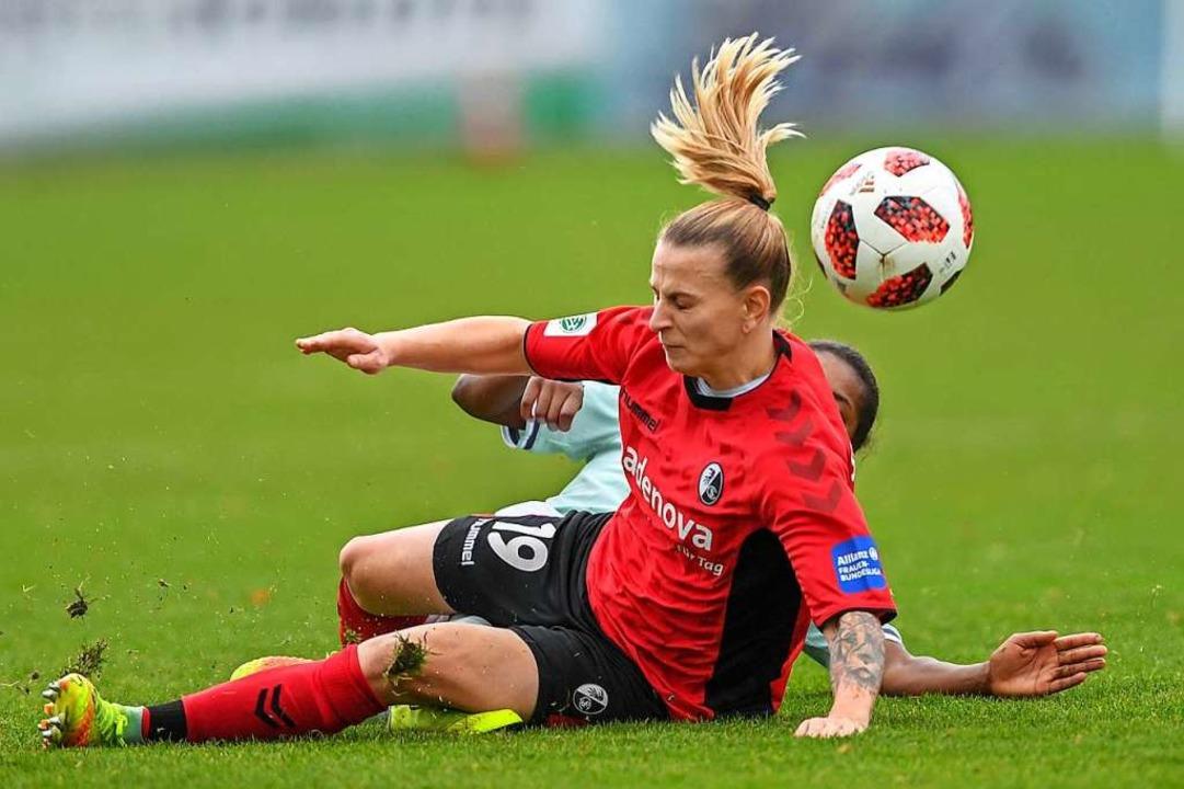 SC-Spielerin Jobina Lahr gibt alles gegen die Münchner Bayern.  | Foto: Patrick Seeger