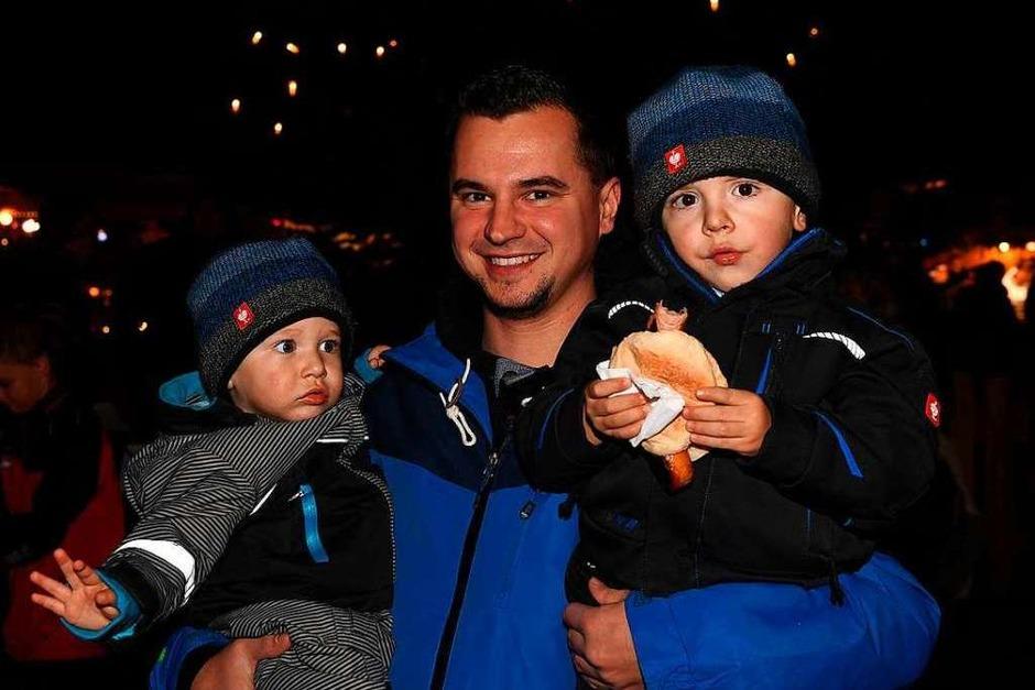 Alt und Jung genossen die Atmosphäre auf dem Holzschläger Weihnachtsmarkt. (Foto: Wolfgang Scheu)
