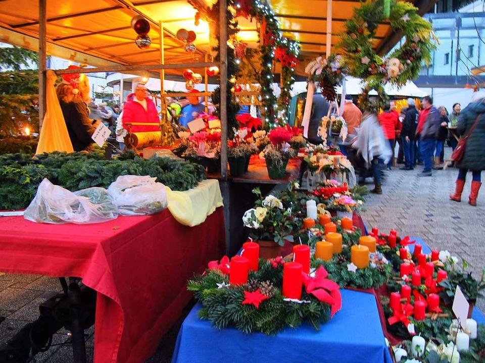 Blumenschmuck und Adventskränze auf dem Weihnachtsmarkt in Efringen-Kirchen.  | Foto: Jutta Schütz