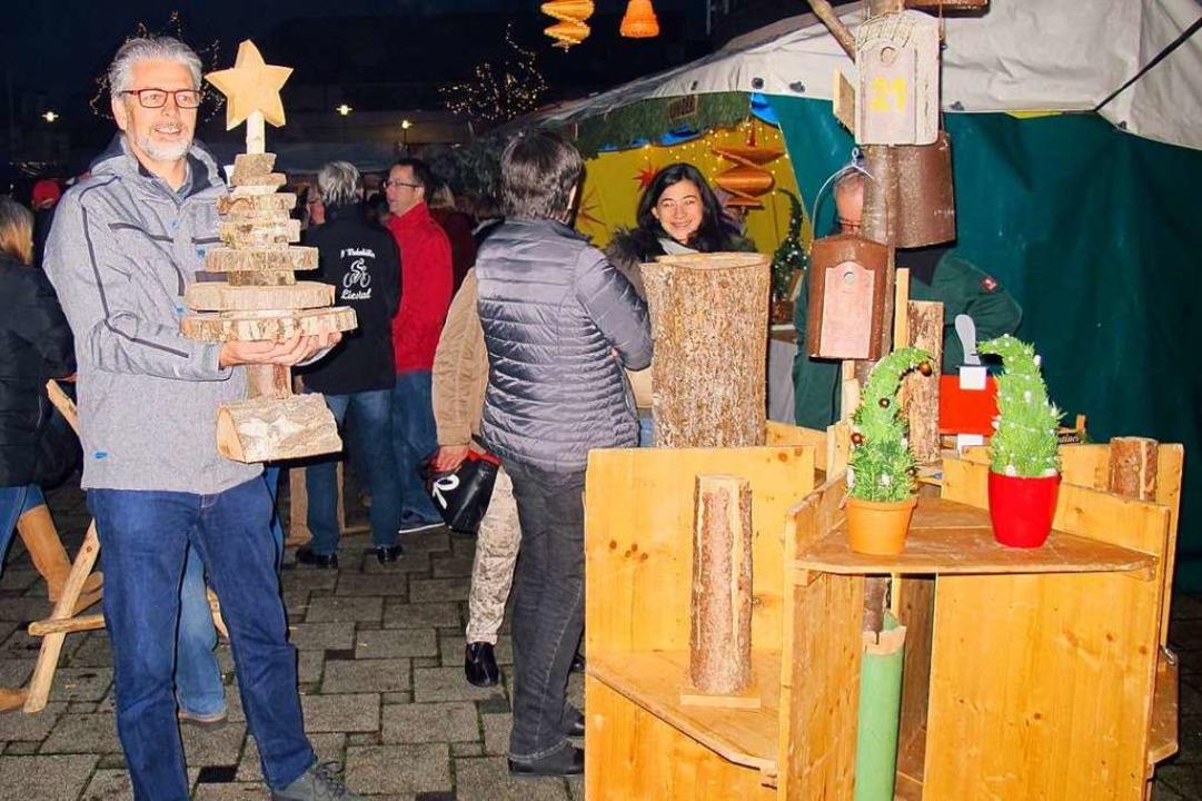 Weihnachtsmarkt in Efringen-Kirchen: U...eihnachtsdekoration aus Holz erworben.  | Foto: Jutta Schütz