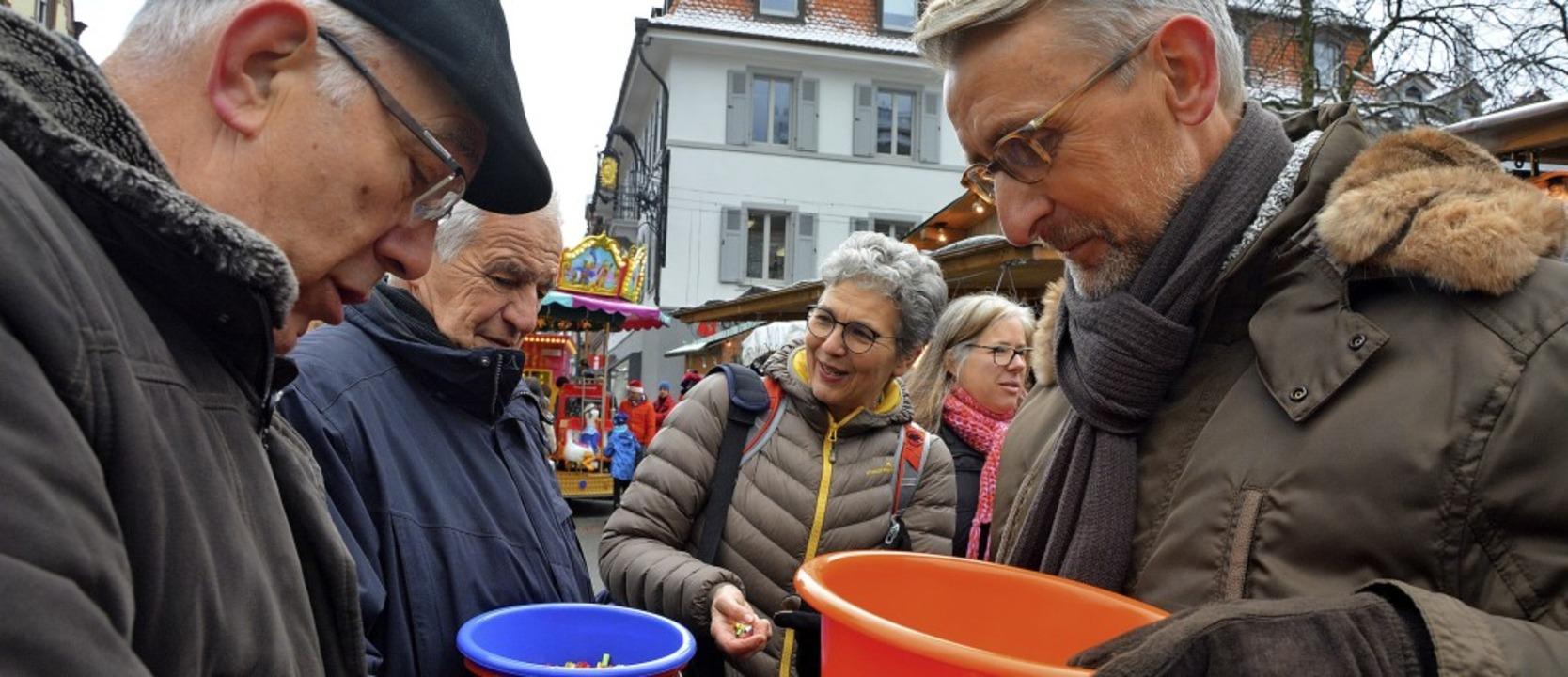 Die Abgeordneten Armin Schuster (recht...tickelberger (hinten) beim Losverkauf.  | Foto: barbara Ruda