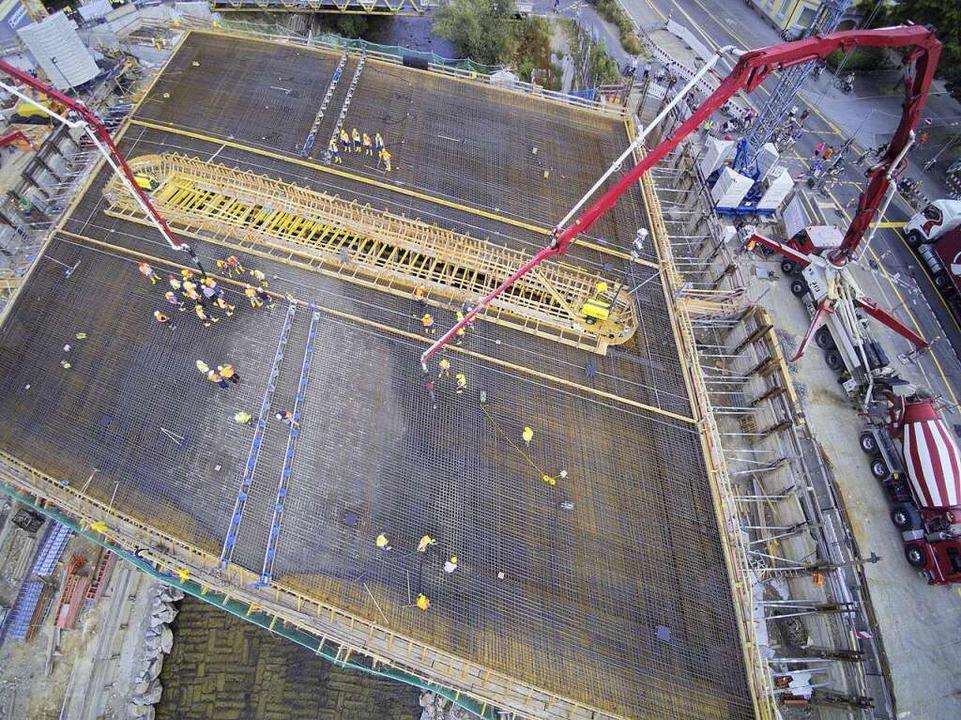 Der Blick von oben: Die neue Brücke im Juni 2017.    Foto: Michael Saurer