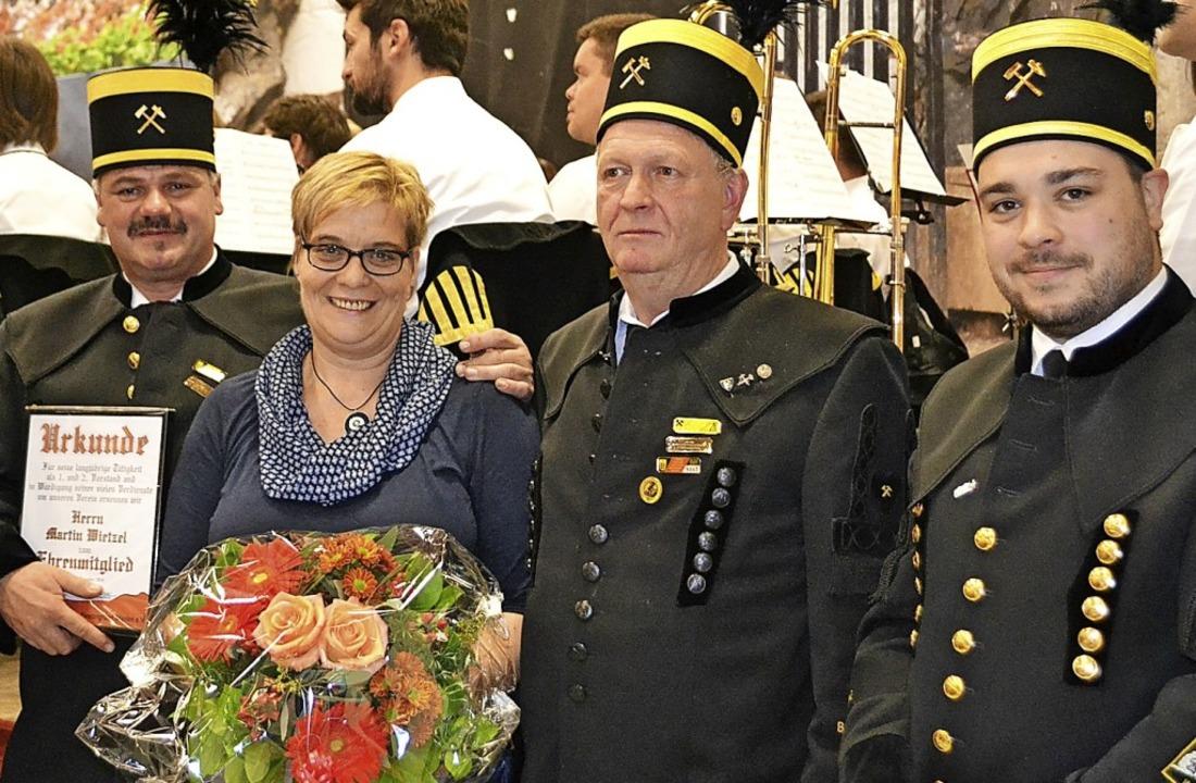 Martin und Alexandra Wietzel freuen si...Thoma und Clemens Jäger (von links).      Foto: Berger