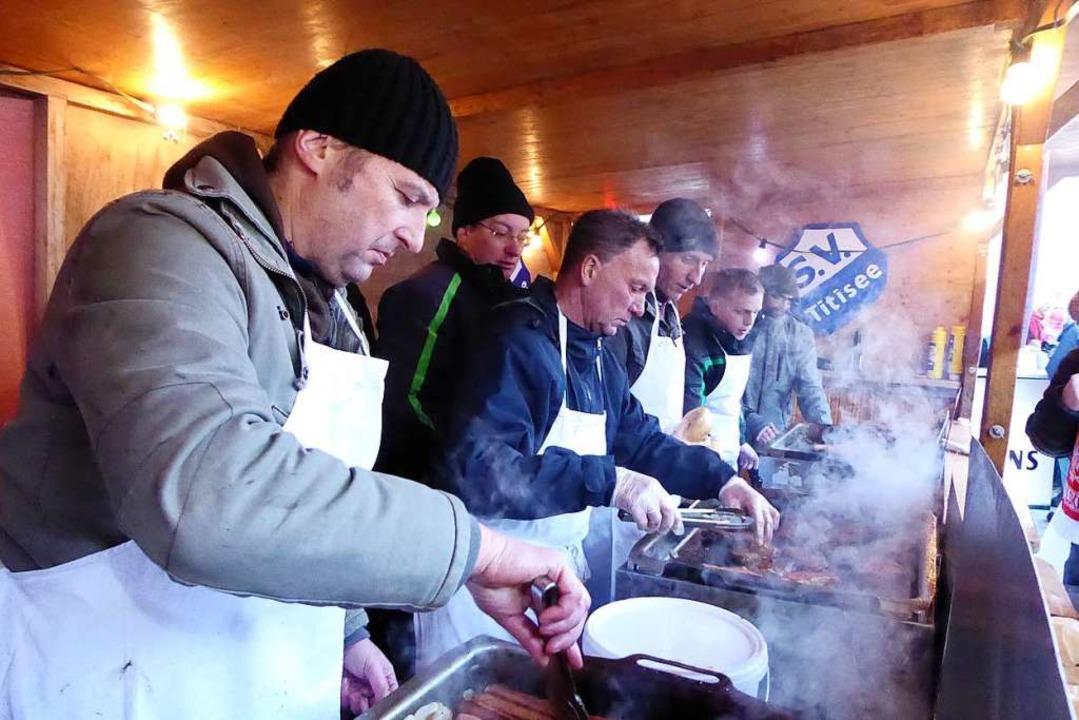 Es dampft und brutzelt in der Grillhüt...hlen den Vereinen wichtige Einnahmen.   | Foto: Peter Stellmach