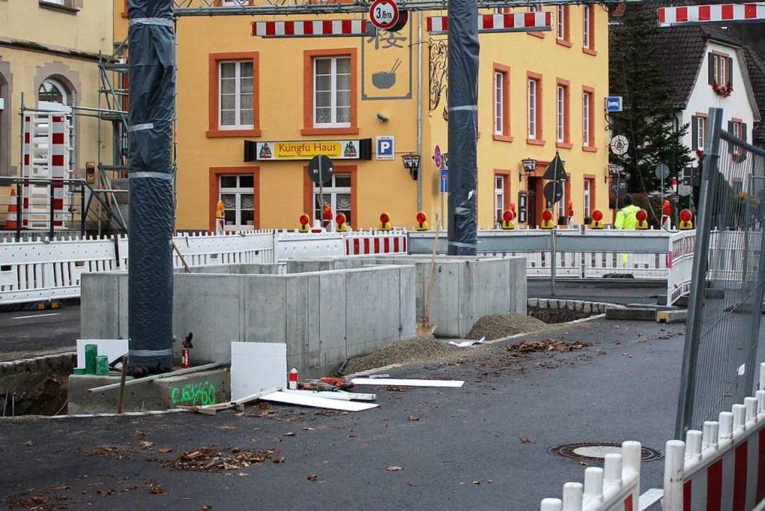 Das Fundament wurde beim Einlupfen wohl beschädigt.    Foto: Rolf Reißmann