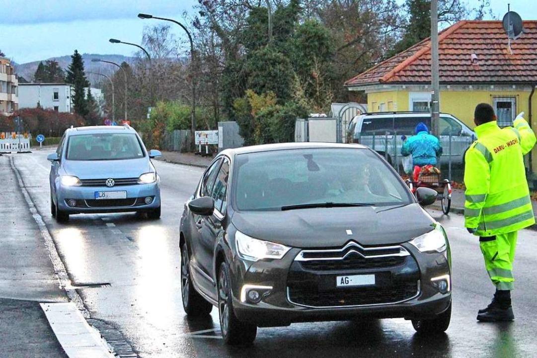 Verkehrslotsen, wie hier am Dienstag, gab es am Donnerstag ab 6 Uhr nicht mehr.    Foto: Rolf Reißmann