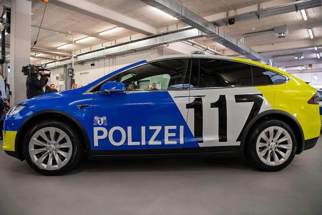 Ein Tesla Model X der Basler Polizei  | Foto: dpa