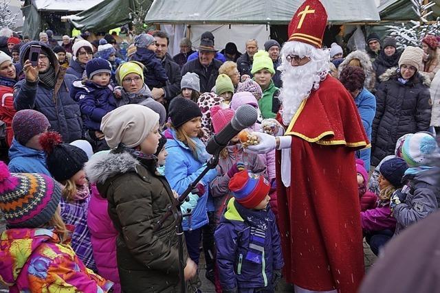 Nikolaus eröffnet Weihnachtsmarkt