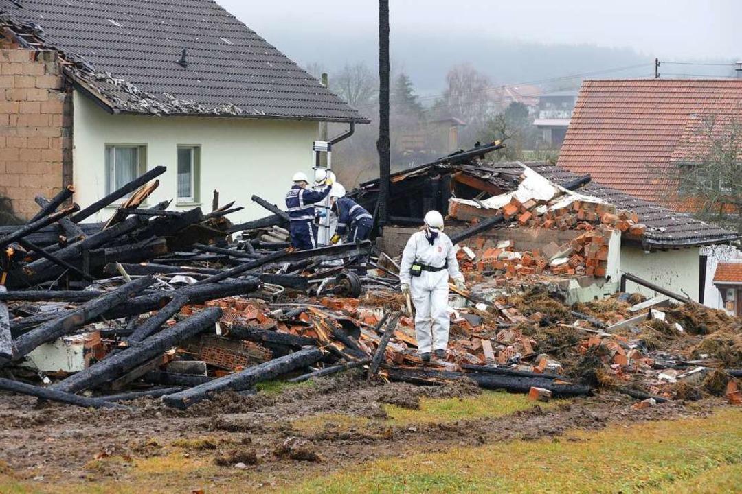 Kriminaltechniker nahmen am Donnerstag...e nach Hinweisen auf die Brandursache.  | Foto: Juliane Kühnemund