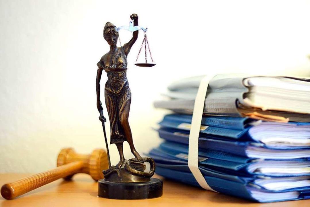 Wegen mehrfachen Mordes muss sich vom ...trafgericht verantworten (Symbolbild).  | Foto: dpa