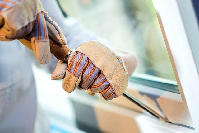 Einbrecher hebeln eine Terrassentür auf