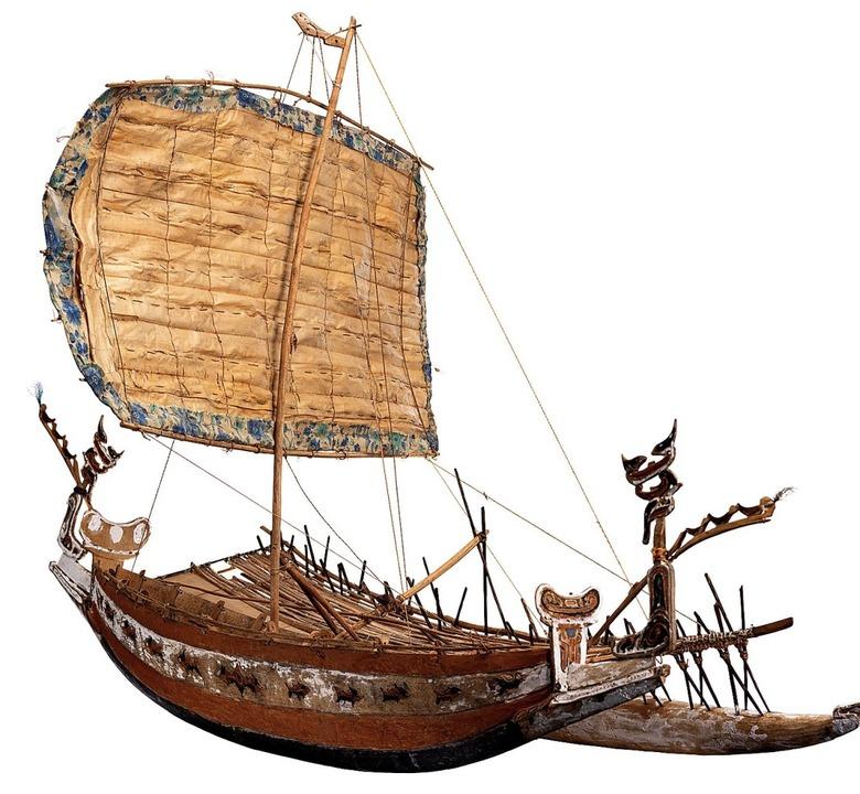 Das Modell eines Segelbootes aus Papua... Wochen im Basler Münster  vor Anker.   | Foto: Martina David-Wenk/Omar Lemke