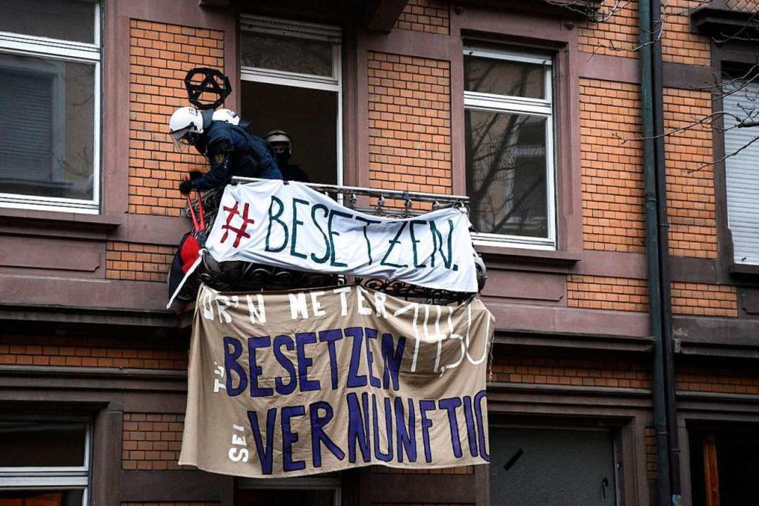 Polizisten entfernen die Transparente.  | Foto: Thomas Kunz