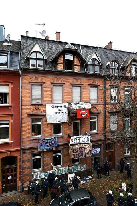 Unter großem Zuschaueraufgebot räumen Polizisten das Haus in der Guntramstraße  | Foto: Thomas Kunz
