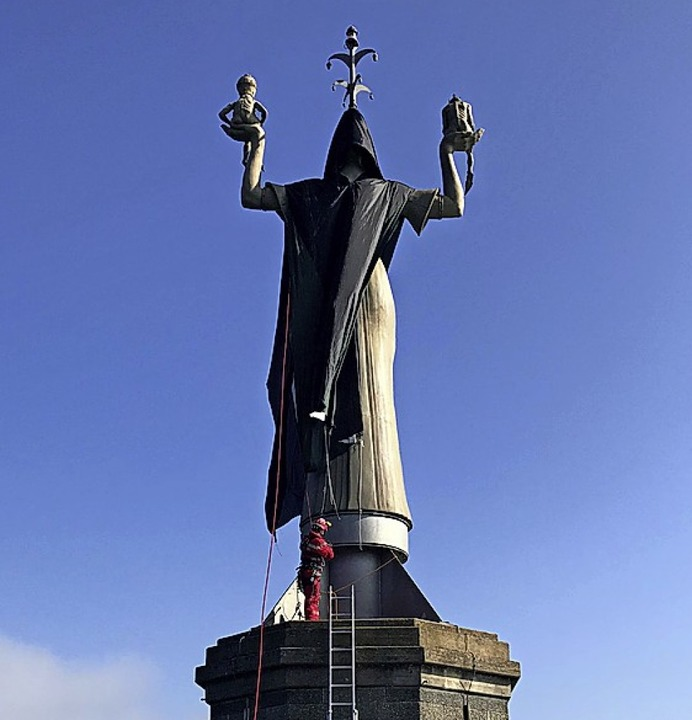 Aufsehenerregende Aktion der Identitär...lung der Imperia-Statue in Konstanz.    | Foto:  DPA