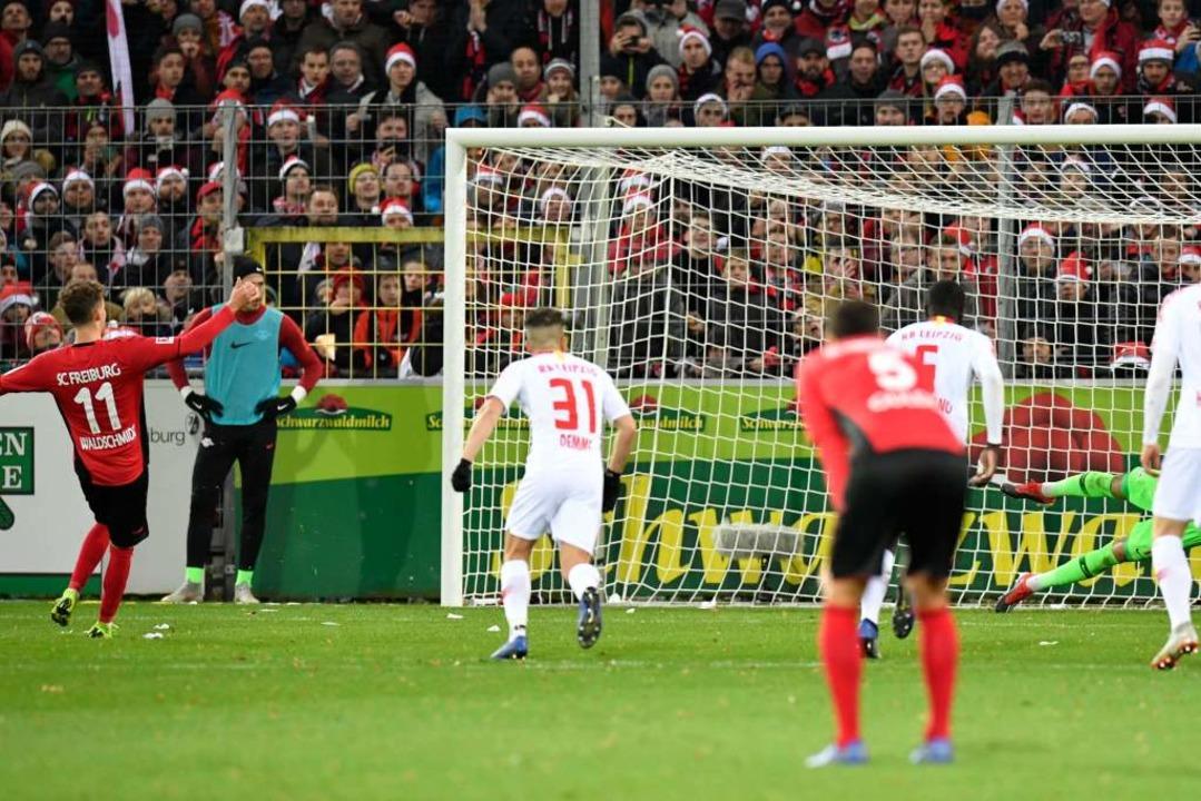 Waldschmidt setzte den Ball in die rechte untere Ecke.  | Foto: AFP