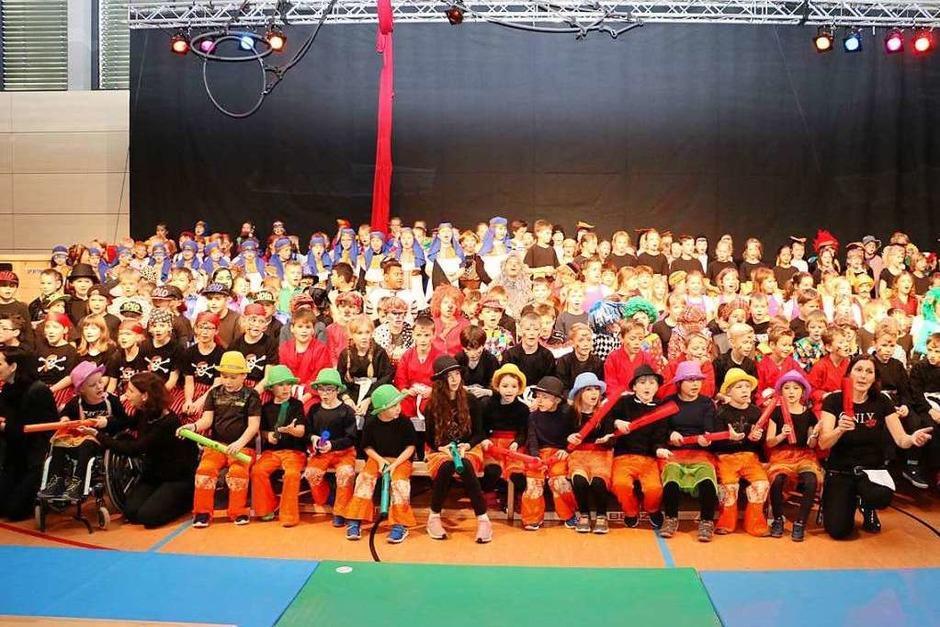 Beeindruckend geriet bereits der Einzug der knapp 300 Artisten bei der Zirkusvorführung der Grundschule. Der Stolz stand den jungen Künstlern ins Gesicht geschrieben. (Foto: Martha Weishaar)