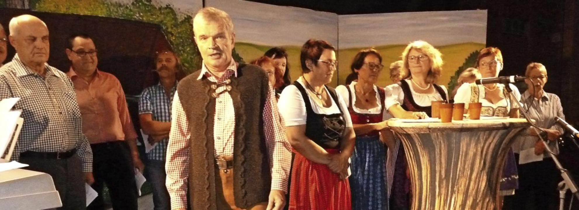 Mit männlicher Unterstützung (hier Kar...ten sich die Reiselfinger Landfrauen.   | Foto: Heidrun Simoneit