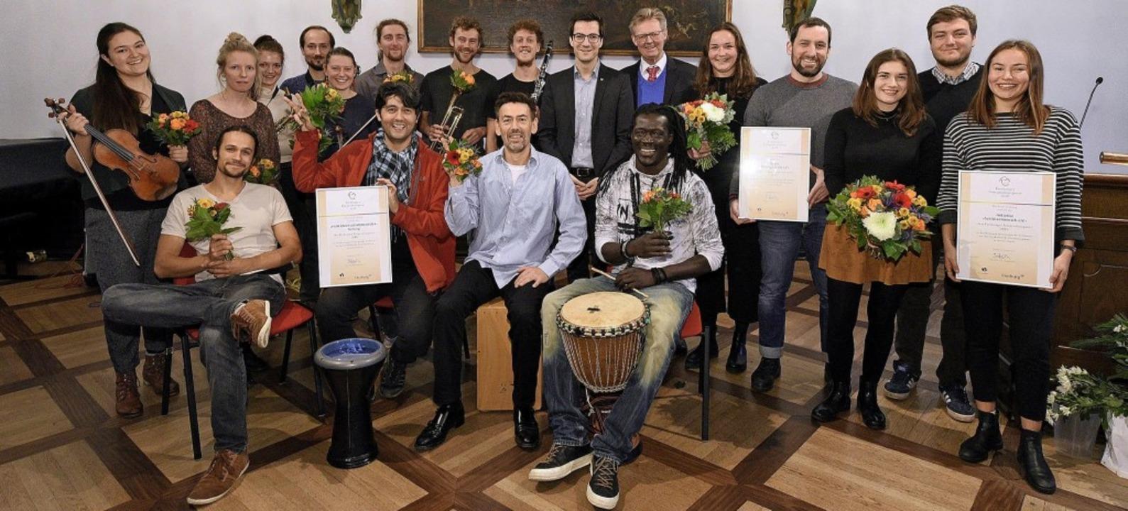 Gruppenbild mit Bürgermeistern: Die mit dem Integrationspreis Ausgezeichneten.   | Foto: Thomas Kunz