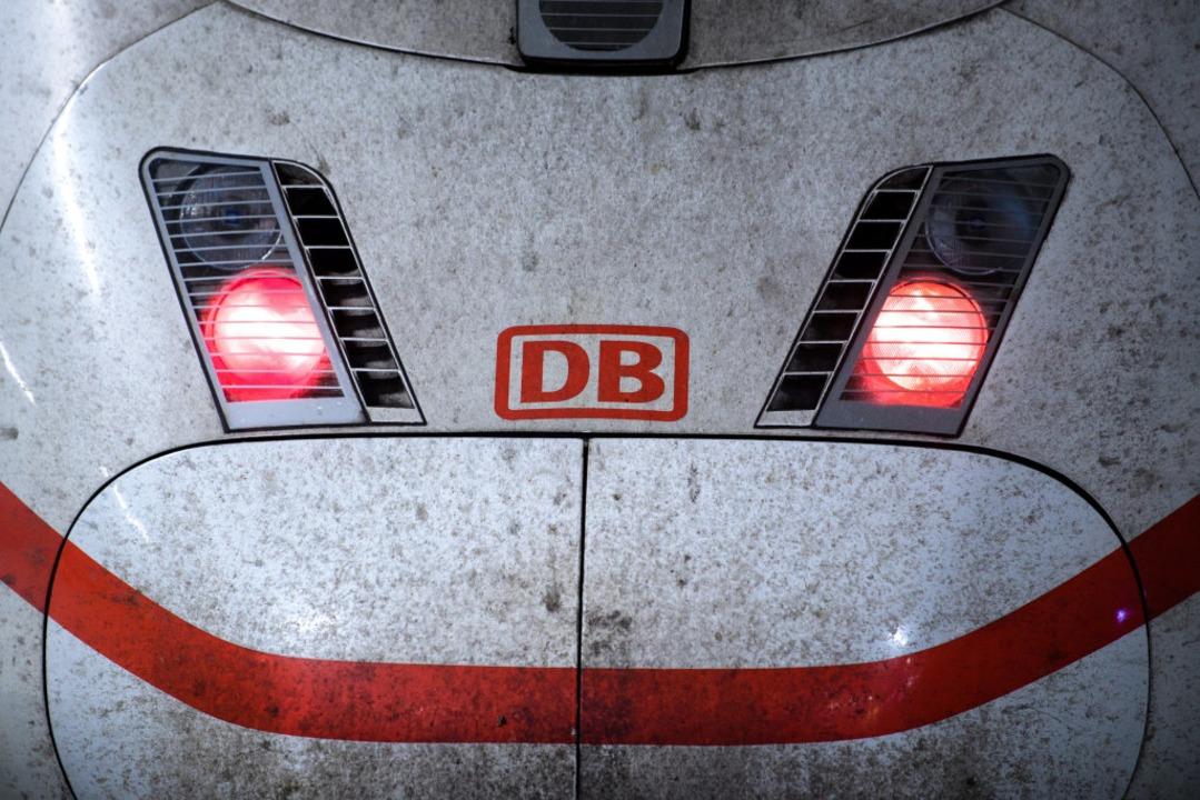 Die Züge im Fernverkehr stehen still. ...dwesten zu starken Beeinträchtigungen.  | Foto: dpa
