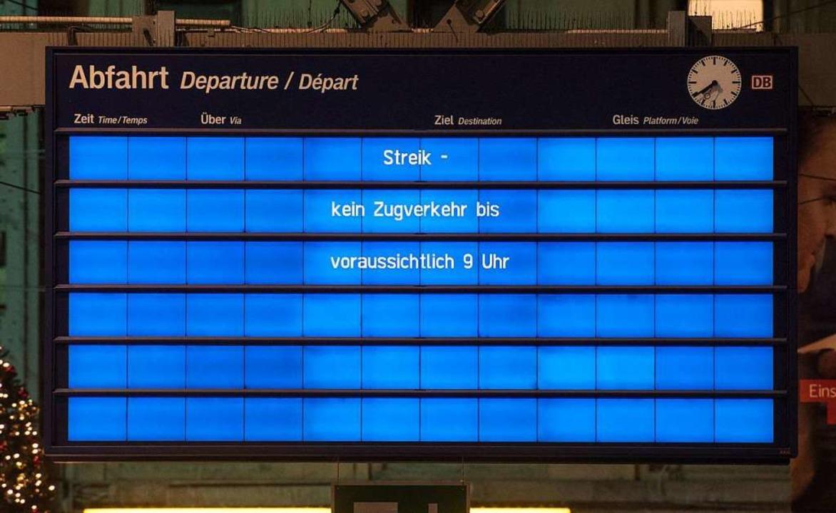 In Frankfurt am Main blieb die Fahrpla...das Zugverkehrschaos erst langsam auf.  | Foto: dpa