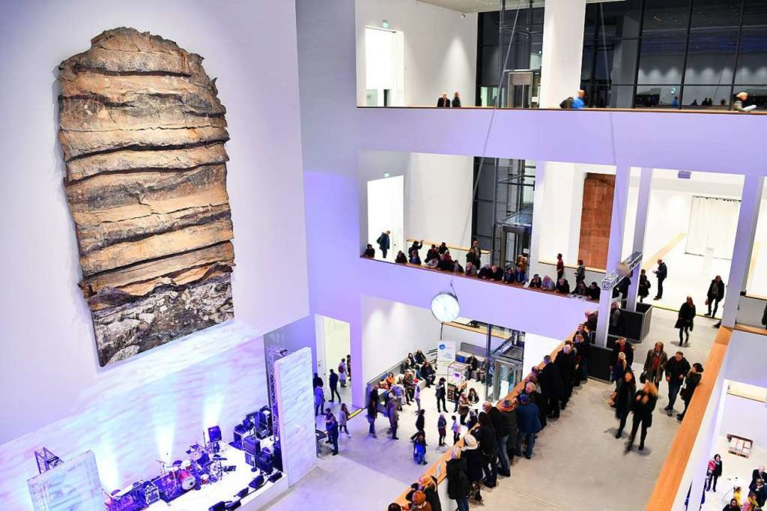 Besucher betrachten im Atrium der neu ...de jetzt NS-Raubkunst identifiziert...  | Foto: dpa