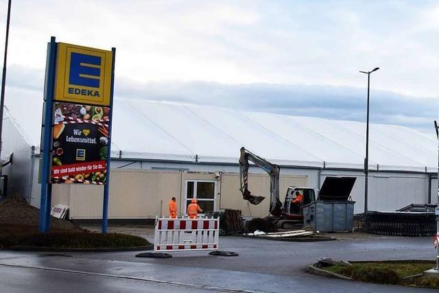 Der Edeka-Markt in Breisach ist nach Brand wieder zurück – als Zelt
