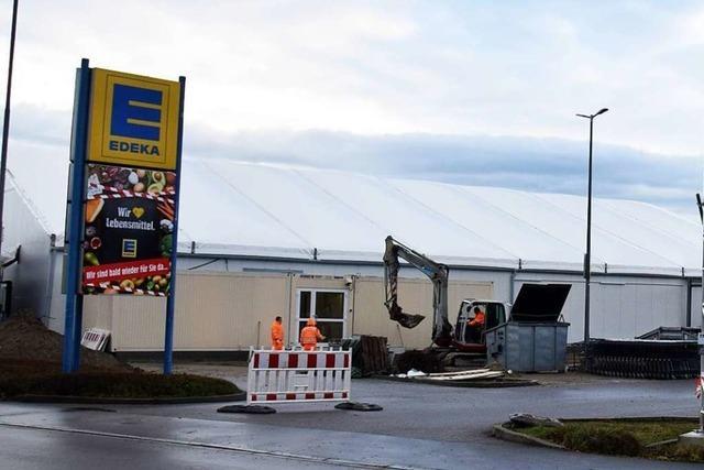 Der Edeka-Markt in Breisach ist nach Brand wieder zurück - als Zelt