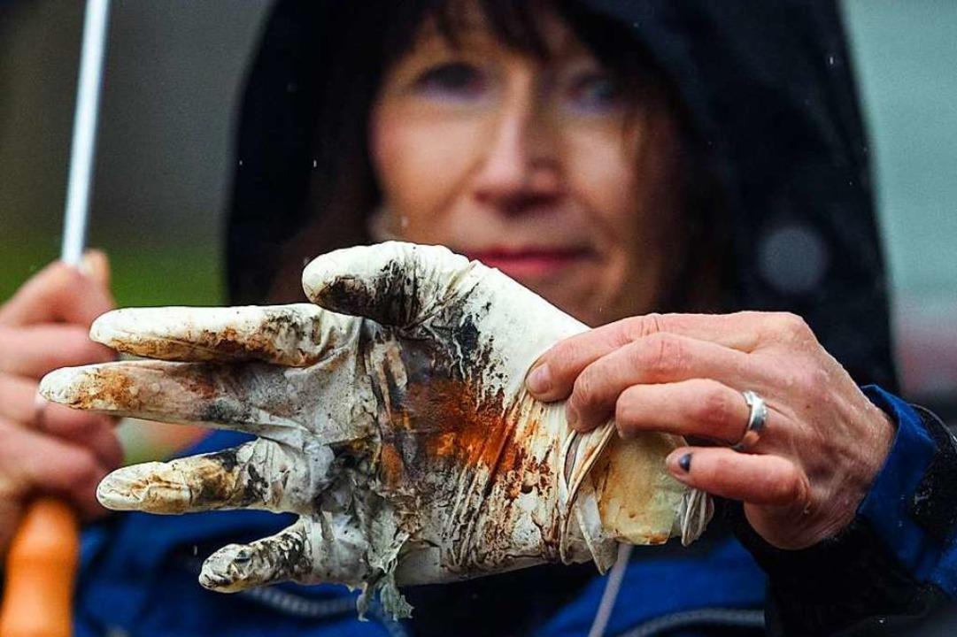 Heidrun Fink von der Bundesanstalt für...in der (künstlichen) Hand explodiert.   | Foto: dpa