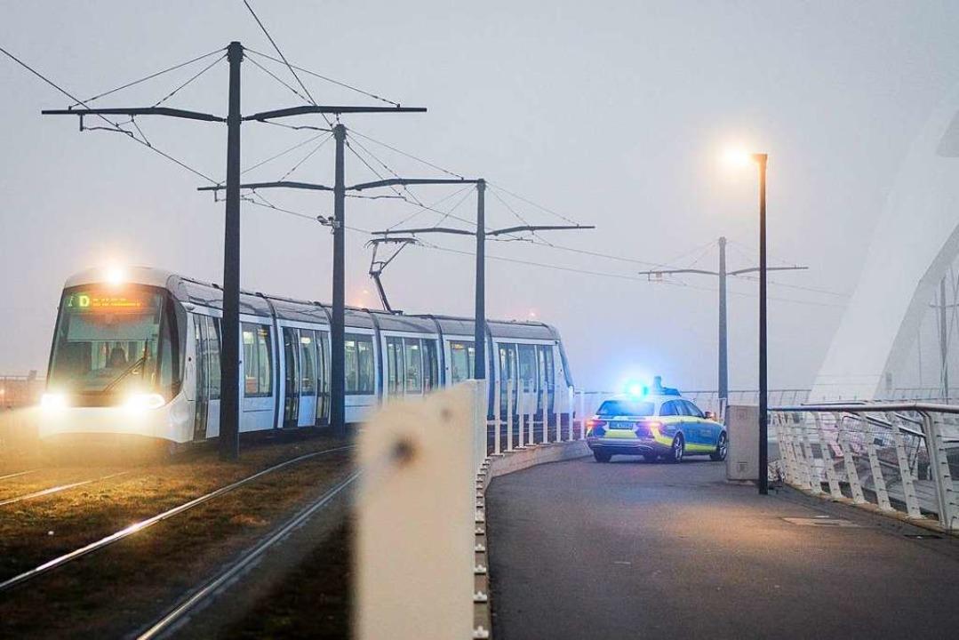 Die Straßenbahn zwischen Kehl und Stra...Fußgänger und Radfahrer kontrollieren.  | Foto: dpa