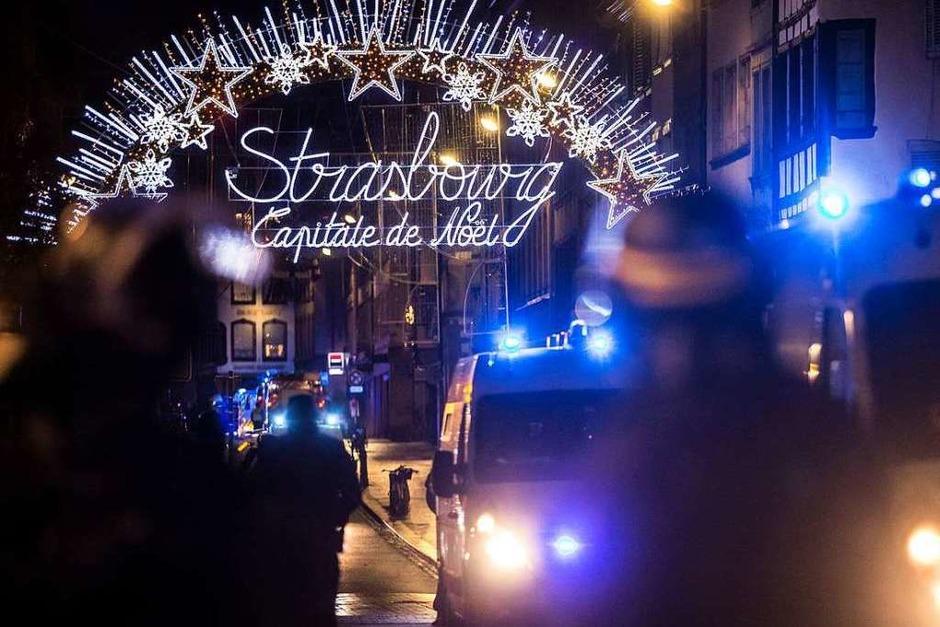 Einsatzkräfte der Polizei sichern einen Eingang zur Altstadt und damit zum Weihnachtsmarkt. (Foto: dpa)