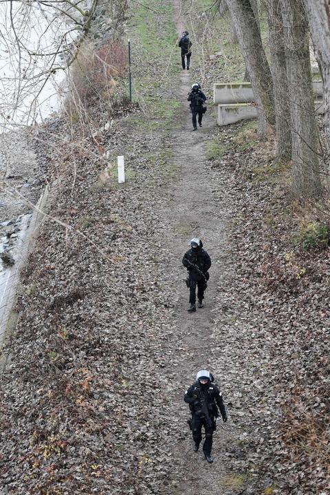 Polizisten der Spezialeinheit RAID suchen am Rheinufer nach dem Angreifer.  | Foto: AFP