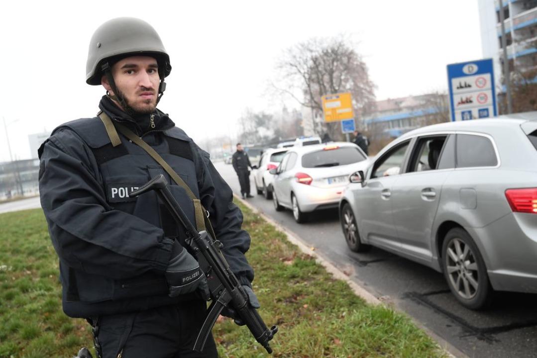 Polizeikontrolle an der Grenze.  | Foto: AFP