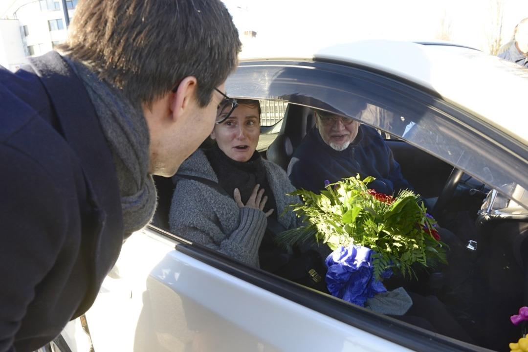 Überraschung: Die Insassen des ersten ...einen Blumenstrauß von OB Martin Horn.  | Foto: Ingo Schneider