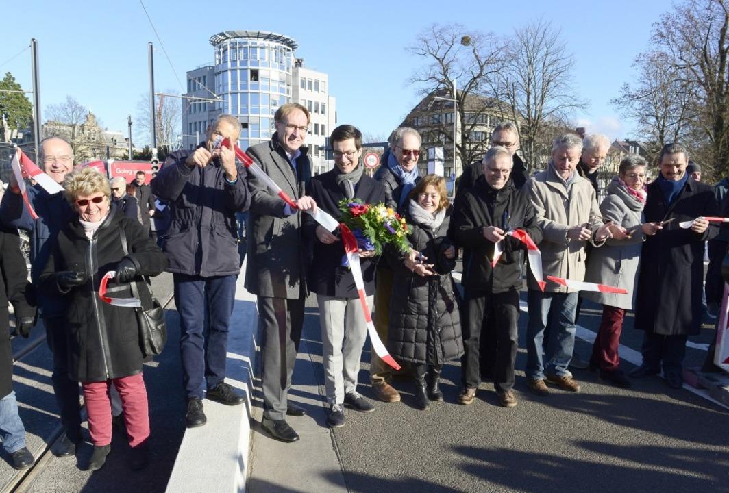 Vertreter von Bürgerschaft und Rathaus schneiden das Band durch.  | Foto: Ingo Schneider