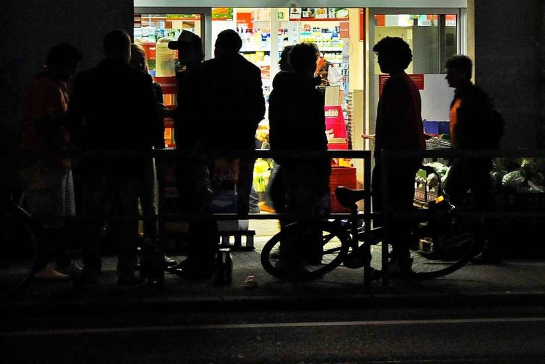 Jugendliche vor einem Geschäft (Symbolbild)  | Foto: Michael Bamberger