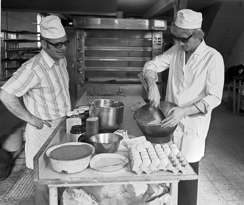 Gelernt ist gelernt: Heino (rechts), a...und Konditor rührt 1977 einen Teig an.    Foto: dpa