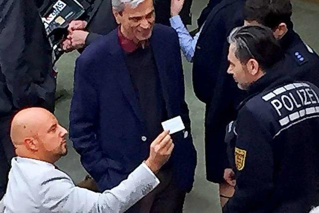 Polizei begleitet AfD-Abgeordneten Stefan Räpple aus dem Landtag