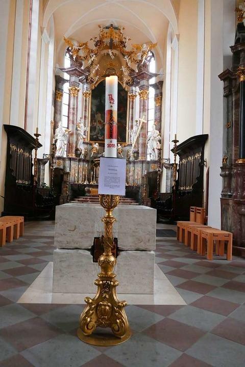 Brennende Osterkerze vor dem Chor mit ...in der Offenburger Heilig-Kreuz-Kirche    Foto: Ralf Burgmaier