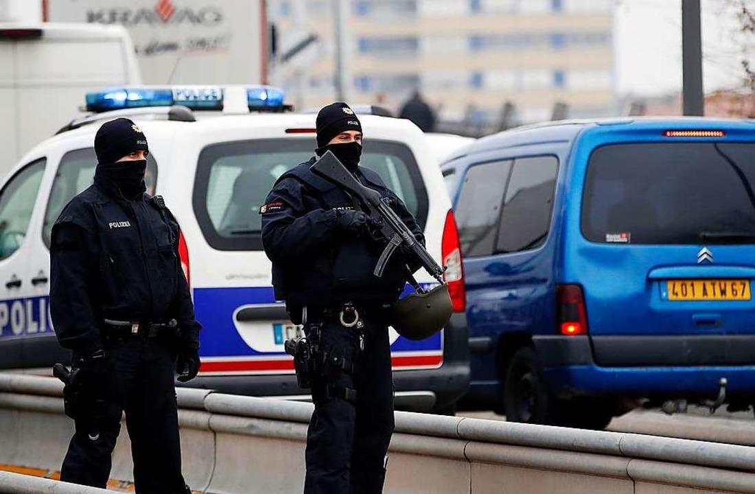 Deutsche Polizisten stehen an der deut... auf dem Weihnachtsmarkt in Straßburg.  | Foto: dpa