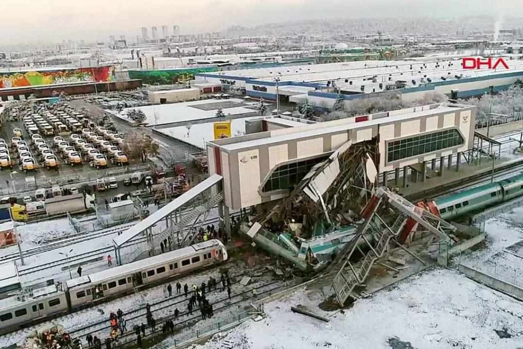 Das Videostandbild zeigt mehrere besch...ste Wagons an einem Bahnhof in Ankara.  | Foto: dpa