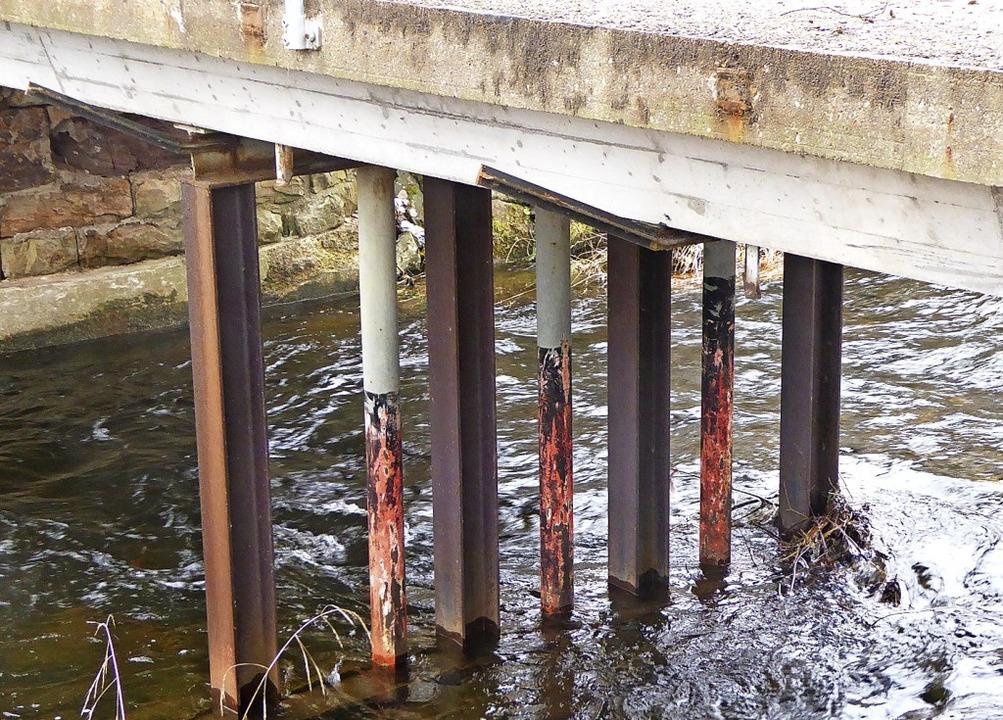 Die wenig Vertrauen erweckende Stütze der Bauhofbrücke.    Foto: Peter Stellmach