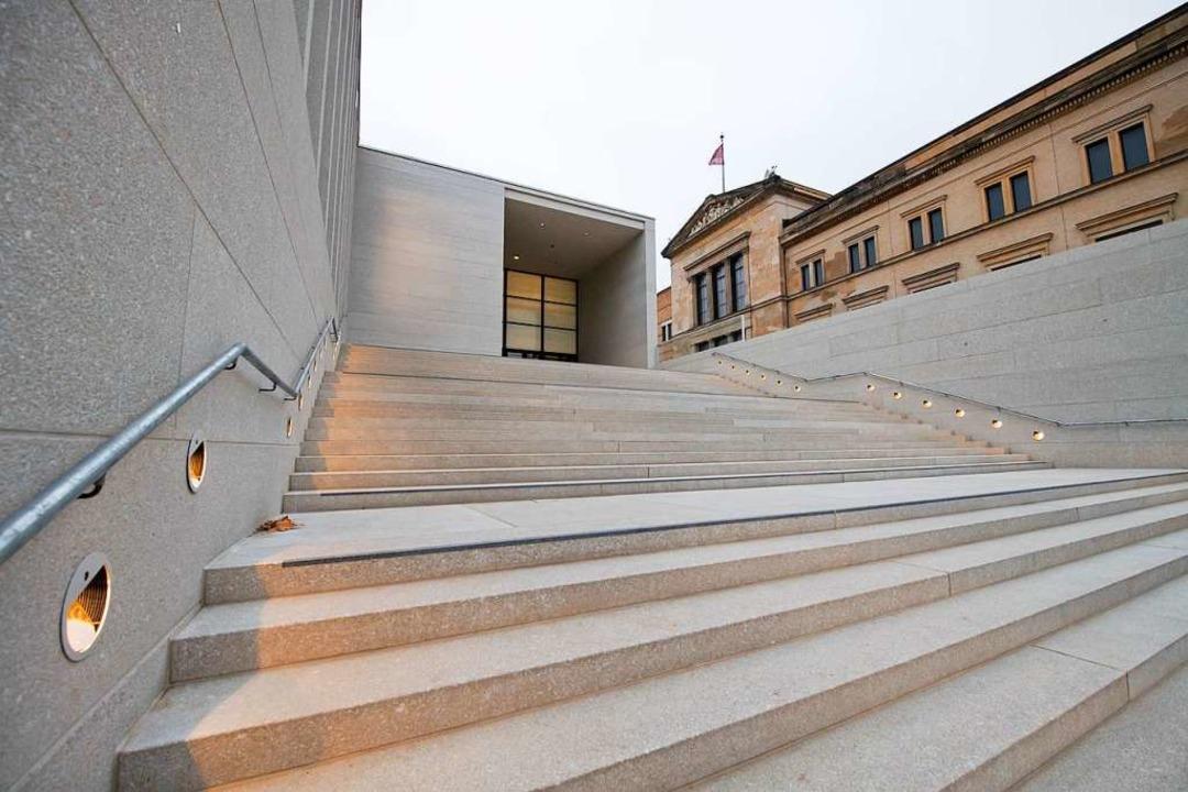 Steinerne Anmutung des Betons: die Freitreppe    Foto: dpa
