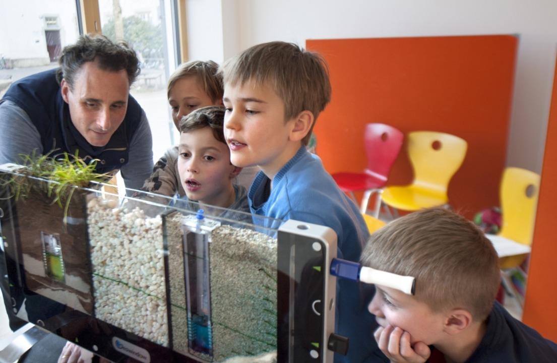 Mathias Faller zeigt Schülern der  Rei...nst unter der Erde verborgen bleiben.   | Foto: Fotos: sel
