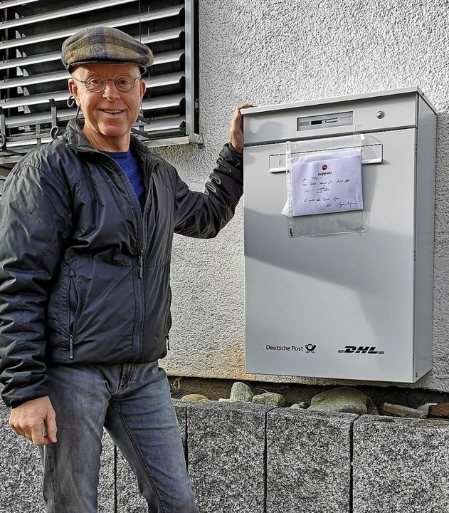 Heribert Suppanz an dem Paketkasten vo...cht. Er lässt sich nicht mehr öffnen.   | Foto: Holger Niederberger