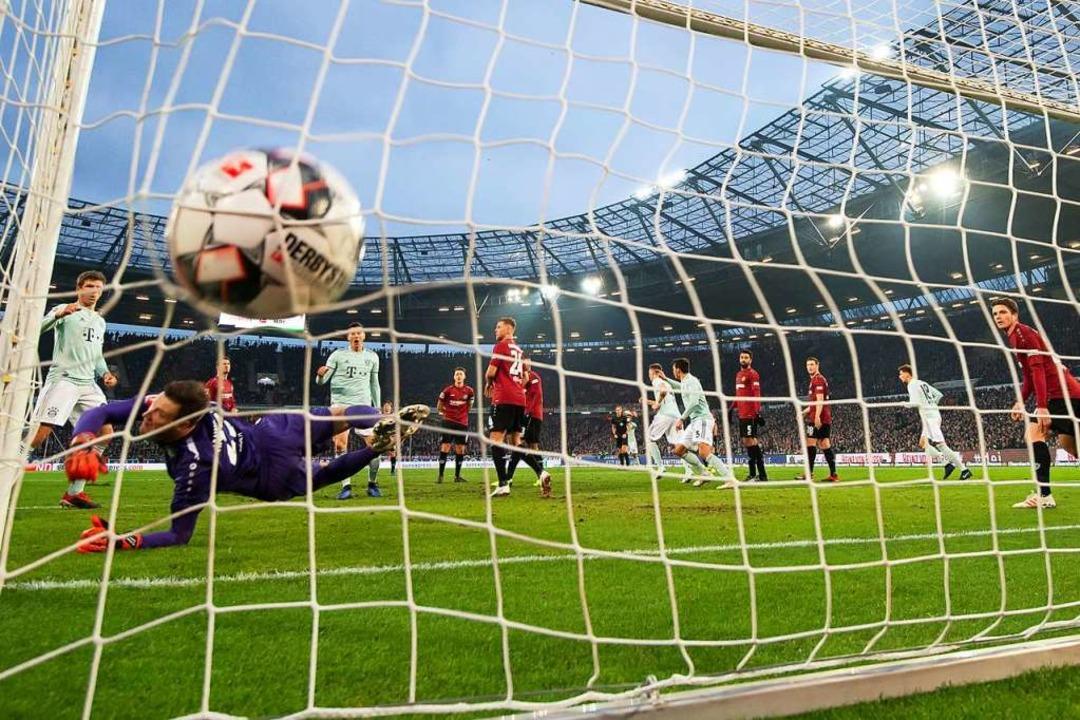 Hier trifft Münchens Alaba zum 0:2.  | Foto: dpa