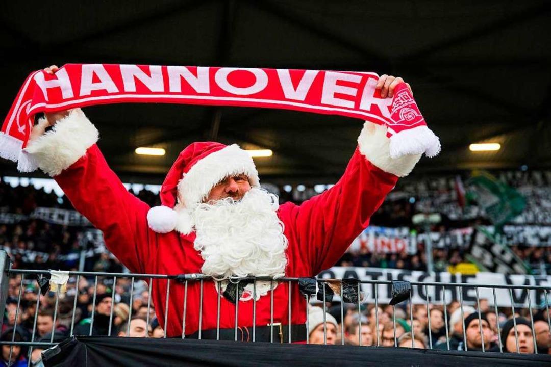 Ein als Weihnachtsmann verkleideter 96-Fan.  | Foto: AFP