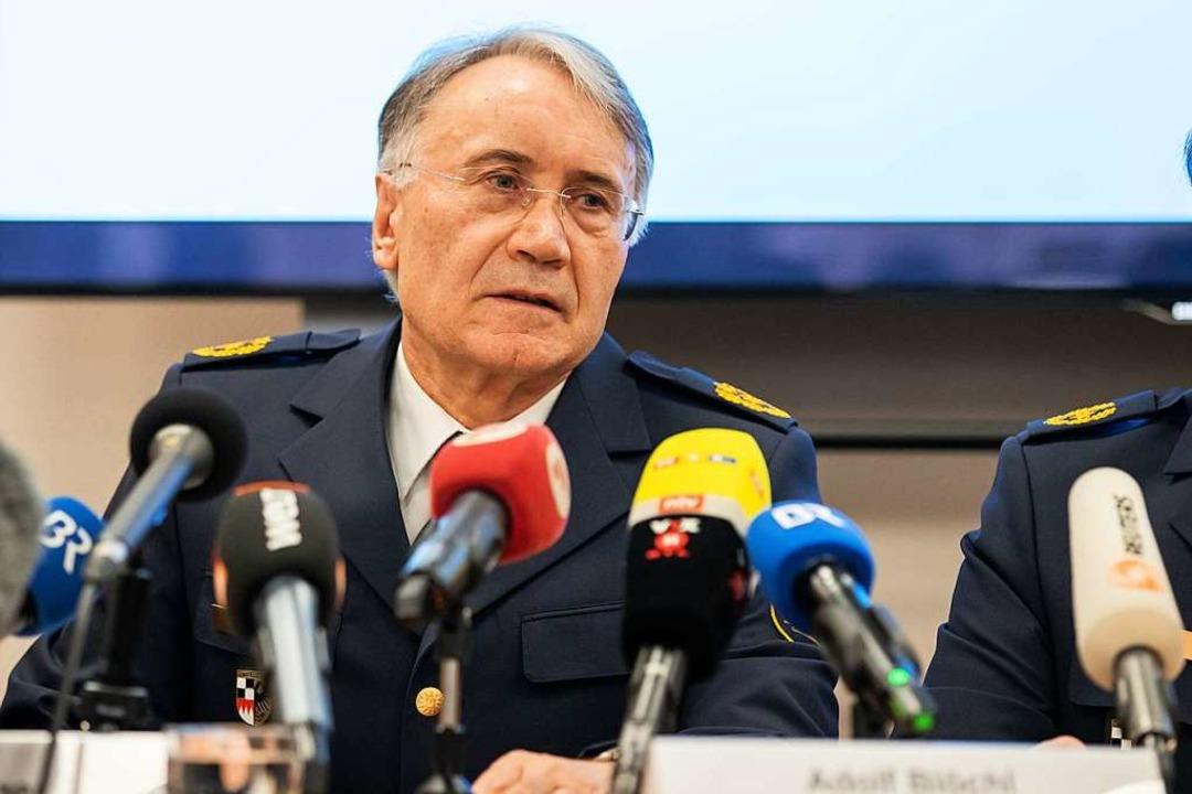 Roman Fertinger, Polizeipräsident des ...spricht während einer Pressekonferenz.  | Foto: dpa