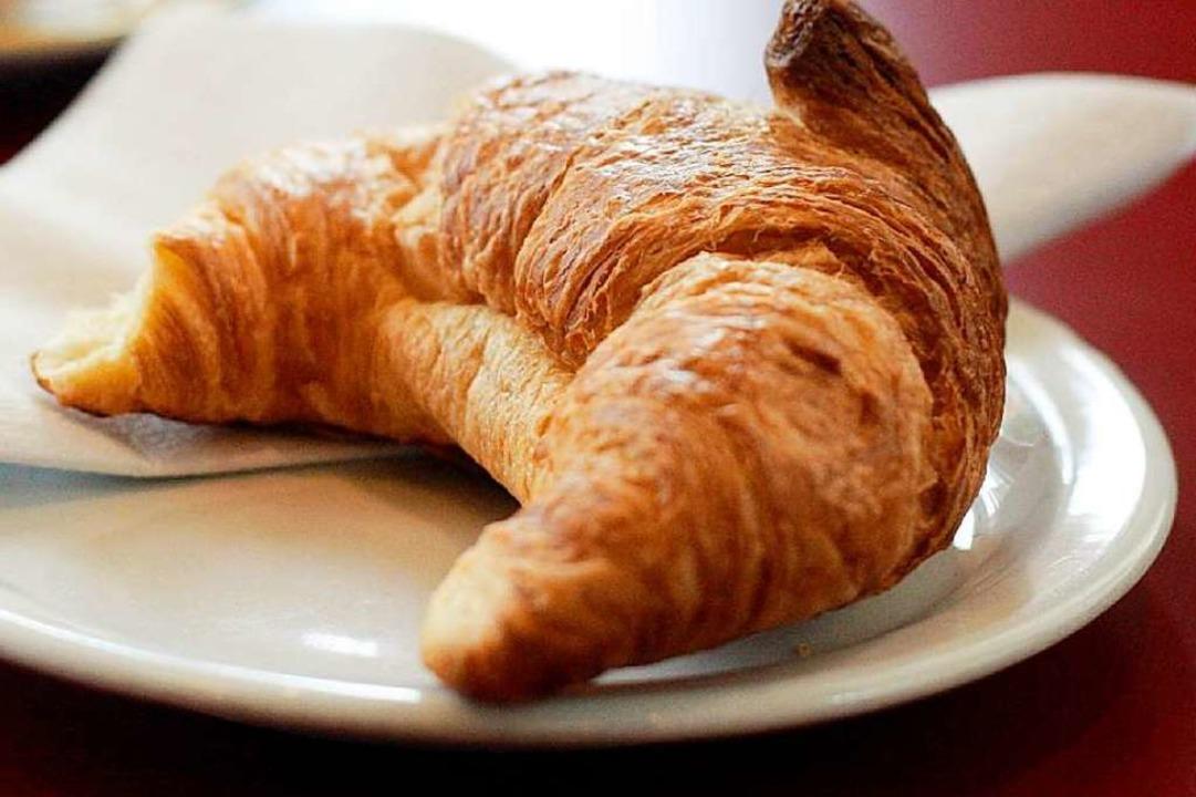 Zwar ohne Teller, aber direkt aus dem ...wei Croissants gefuttert (Symbolbild).    Foto: dpa