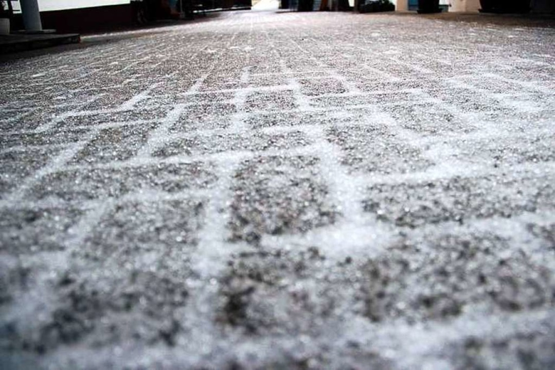 Gefrierender Regen sorgte in der Nacht zum Sonntag für spiegelglatte Straßen.    Foto: Helmut Kohler